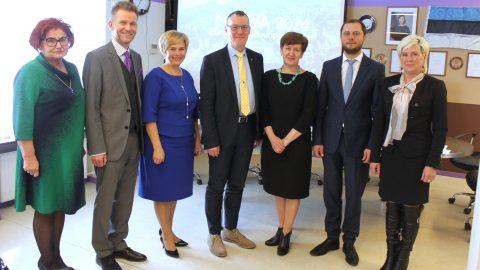 Руководители самоуправлений Ида-Вирумаа, подписавшиеся 27 апреля в поддержку Нарвы в ее стремлении стать культурной столицей Европы 2024 года. (Фото: Нарвская городская канцелярия)