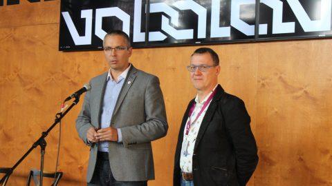 Мэр Нарвы Тармо Таммисте и мэр Раквере Марко Торм подписали соглашение о сотрудничестве городов, чтобы Нарва стала культурной столицей Европы 2024 года. (Источник: Facebook.com/Narva2024)