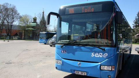 """Ида-вируские автобусные линии сейчас обслуживает АО """"Sebe"""" и курсирующие на этих линиях автобусы можно узнать по синему цвету. Билеты на них, независимо от расстояния, значительно дешевле, чем, например, на кохтла-ярвеских городских линиях. Если на последних дотированный билет стоит 1,1 евро, то, например, в автобусе дотируемой государством уездной линии за поездку от Йыхви до Тойла запросят 70 центов. (Фото: Пеэтер ЛИЛЛЕВЯЛИ)"""