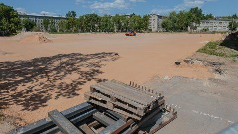 Сегодня на месте будущего стадиона поднимается и выравнивается основание. (Фото: Илья СМИРНОВ)