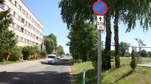 """Этот участок недвижимости по Ахтмескому шоссе, 27а граничит с узкой дорогой. Собственник участка - ТОО """"Baltic Midline"""" - установил там дорожный знак, запрещающий остановку. (Фото: Пеэтер ЛИЛЛЕВЯЛИ)"""