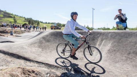 Высокопоставленный чиновник Европейской комиссии Лоран Санс, недолго раздумывая, запрыгнул в седло велосипеда, чтобы опробовать недавно обустроенный в Кивиылиском приключенческом центре асфальтовый памп-трек. Этот парк, состоящий из двух трасс для спуска с горы и даунхилл-трасс, - единственный в своем роде в Эстонии, как и весь центр, где в ближайшие недели начнут работать экскаваторные раскопки, пожарная академия, автогородок, маленькие моторные лодки и две игровые площадки для детей разного возраста. Высотный приключенческий парк и трасса для диск-гольфа появились еще в 2017 году. (Фото: Матти КЯМЯРЯ)