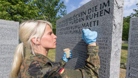 Механик ВВС Германии, обер-фельдфебель Анья Корх восстанавливает имена павших солдат. (Фото: Матти КЯМЯРЯ)