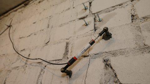 Устройство для замера изменений одной из трещин в основании жилого дома по ул. Синивооре, 13 в Кохтла-Ярве. Данные с датчика постоянно передаются исследователям через сотовую сеть связи. (Фото: Илья СМИРНОВ)