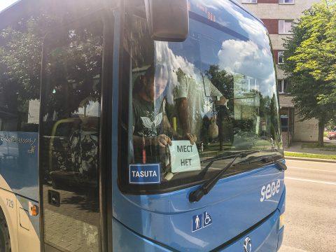 """За восемь минут до съемки этих кадров один такой же автобус маршрута №31 проехал мимо остановки в центре Нарвы с табличкой на стекле - """"Мест нет"""". Приехавший дополнительный автобус вместил в себя не всех желавших, и теперь он с такой же табличкой тоже поехал мимо дальнейших остановок. Зато бесплатно. (Фото: Илья СМИРНОВ)"""