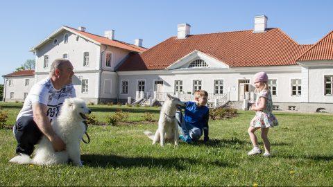 Гуйдо Теллис вместе с самоедом Луной. Хаски Виксен забавляется с Грегором и Тессой. (Фото: Матти КЯМЯРЯ)