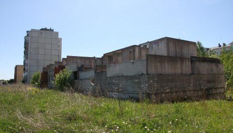 Недостроенный дом по ул. Паргитагузе, 7 не только портит панораму города на протяжении многих лет, но и создает опасность. (Фото: Пеэтер ЛИЛЛЕВЯЛИ)