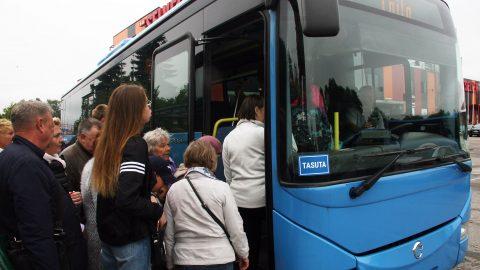В Йыхви на бесплатный автобус до Тойла село больше людей, чем обычно, но так как погода стояла неважная, то толкучки не было, и даже остались свободные сидячие места. (Фото: Пеэтер ЛИЛЛЕВЯЛИ)