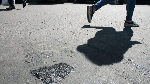"""Такие черные """"ловушки"""" поджидают покупателей на парковочной площадке у торгового центра """"Вирония"""". (Фото: Пеэтер ЛИЛЛЕВЯЛИ)"""
