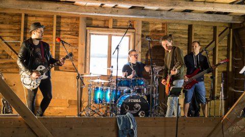 """Некоторые кадры клипа на песню """"Hüljatud"""" были сняты в лодочном ангаре в Раннапунгерья, где """"Boamadu"""" летом 2018 года устроила творческий лагерь. На снимке Кейт Мутвей (соло-гитара, бэк-вокал), Вели Роогер (барабаны), Пеэтер Прикс (вокал, гитара) и Рогер Эриксон (бас-гитара, бэк-вокал). (Фото: Матти КЯМЯРЯ/АРХИВ)"""