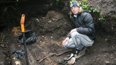 Докторант Мартин Малве за изучением восставших из земли костей. (Фото: Пеэтер ЛИЛЛЕВЯЛИ)