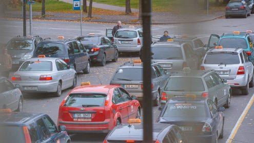 """В приграничной Нарве несколько сотен водителей промышляют таксоизвозом: наличными 2,5 евро в этом году берут за поездку почти в любой конец города. Практически в каждой нарвской семье есть любимый телефонный номер таксодиспетчера. Мобильная платформа """"Taxify"""" с ноября внедрилась в этот давно устоявшийся местный рынок, предлагая как поездки, так и приработок. (Фото: Илья СМИРНОВ/АРХИВ)"""