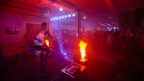 """""""Свободную сцену"""" в Нарве открыли 1 декабря 2018 года содержательной программой, которая включала также как огненное, так и лазерное шоу. Помимо первых лиц государства на церемонии присутствовала почти вся местная культурная и общинная элита. (Фото: Илья СМИРНОВ)"""